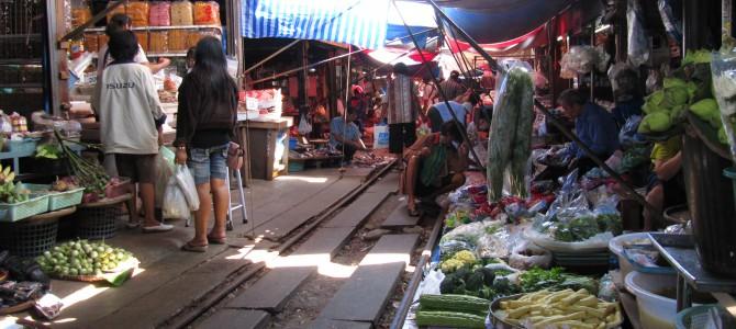 """Thailand – Samut Songkhram – Der """"Schirme-zurück Markt"""""""
