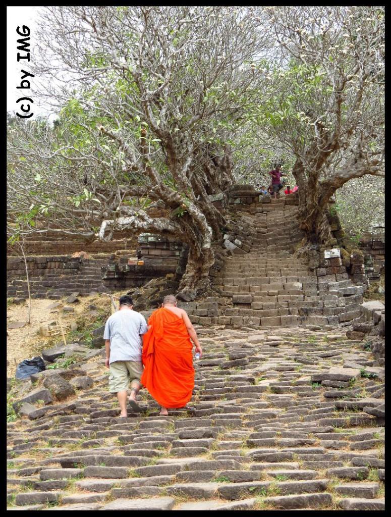 26.07.14 Vat Phou Treppe Mönch