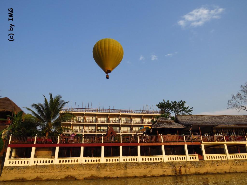 vang vieng-balloon-elefphant crossing